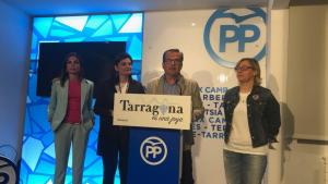 Al centre dela imatge, José Luís Martín, alcaldable del PP de Tarragona, atenent als mitjans de comunicació per valorar els resultats electorals.