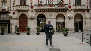 Albert Batet, alcalde de Valls, a la plaça del Blat, davant de l'Ajuntament.