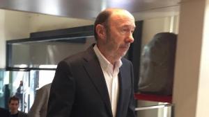 Alfredo Pérez Rubalcaba, emocionat, entrant a Ferraz