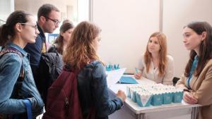 Alguns universitaris s'interessen al Fòrum d'Ocupació del Campus Sescelades