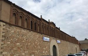 Amb les obres, la pedra de la façana va quedar a la vista.