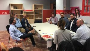 Ana López, amb Carles Castillo i Miguel Ángel Díaz, durant la reunió amb diversos membres de la comunitat gitana de Cambrils