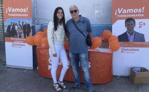 Ariadna Tevar i Antonio Gallardo, candidats 4 i 5 de Ciutadans, a la parada de la formació a l'avinguda de Sant Jordi.