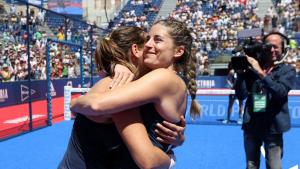 Ariana Sánchez i Alejandra Salazar es fonen en una abraçada sobre la pista