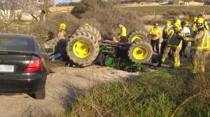 Bombers i Mossos treballant en l'accident entre un tractor i un turisme