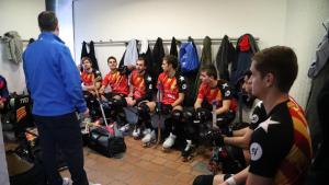 Camps donant instruccions als jugadors de la selecció catalana