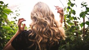 Descubrimos cómo utilizar el aceite de coco para el pelo y así conseguir una cabello suave y nutrido.