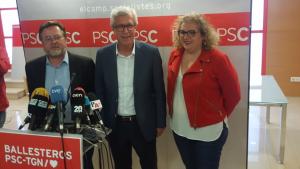 D'esquerra a dreta, Santi Castellà; Josep Fèlix Ballesteros i Sandra Ramos, durant la roda de premsa de balanç de resultats a la seu del PSC de Tarragona.