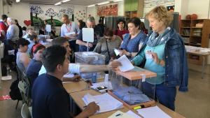 Diverses persones exerceixen el seu dret a vot, diumenge passat a l'escola Molí de Vent.
