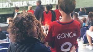 Dolors Montserrat amb el seu fill Gonçal en el partit de l'Atlètic de Madrid contra l'Espanyol