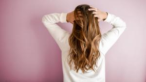 El champú de cebolla tiene propiedades relacionadas con la prevención de la caída del cabello y la purificación de este.