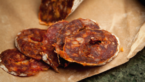 El chorizo vegano se puede elaborar con calabaza, con tofu o con soja mezclados con especias.