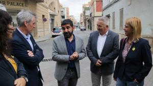 El conseller de Treball, Afers Socials i Famílies, Chakir El Homrani, conversant amb l'alcalde d'Amposta i el delegat del Govern a les Terres de l'Ebre
