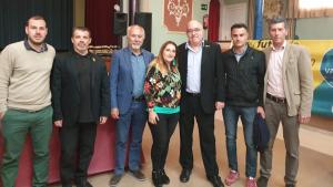 El conseller d'ensenyament, Josep Bargalló, amb l'alcalde de Vallmoll i la resta de l'equip de govern municipal.