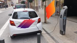 El cotxe híbrid estacionat i «endolla't» en un plaça per a un cotxe elèctric a Constantí