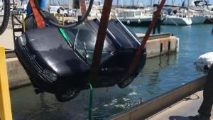 El cotxe que ha caigut a l'aigua al Port de Torredembarra aquest dilluns.