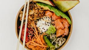 El poke bowl es un plato hawaiano que se elabora esencialmente con pescado crudo y verduras frescas.