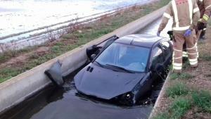 El vehicle atrapat al canal de reg després de patir un accident a Deltebre