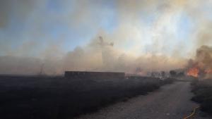 Els bombers encara estan treballant per a apagar l'incendi