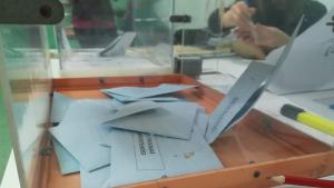 Els primers vots ja es troben dins de les urnes