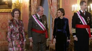Els reis Felip VI i Letícia al costat dels Reis Emèrits durant la Pasqua militar de 2018