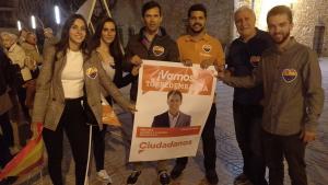 Els sis primers candidats de Ciutadans Torredembarra, en l'enganxada dels primers cartells.