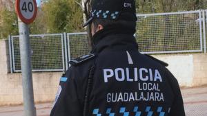 Imagen de archivo de un agente de la Policía Local de Guadalajara.