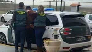 Imagen de la detención del individuo por la Guardia Civil