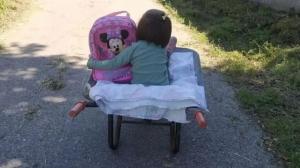 Imagen de la menor en la carretilla en la que se traslada al centro escolar