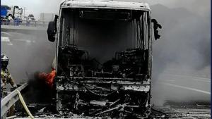 Imagen del camión incendiado en la A-7