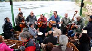 Imatge d'alguns dels músics i activistes que han pujat al Llagut de Benifallet per cantar Pete Seeger, el dia que hauria complert cent anys