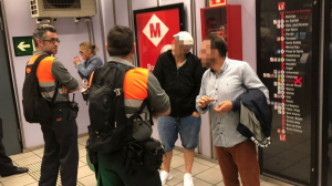 Imatge de dos agents de seguretat del Metro de Barcelona a la línia vermella.