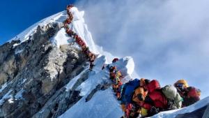 Imatge de la cua que es va formar dimecres per accedir al cim de l'Everest