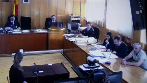 Imatge de la sala de vistes on es fa el judici contra Oleg Makrusin, assegut a la part inferior dreta