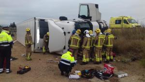 Imatge de l'accident a l'AP-7 a Mont-roig del Camp, on ha mort el conductor d'un camió