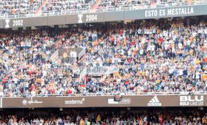 Imatge dels actes previs al 'partit de les Llegendes' amb els trofeus aconseguits pel València CF