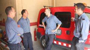 Imatge dels bombers voluntaris del parc de Santa Coloma de Queralt, conversant