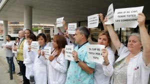 Imatge dels professionals de primària d'Amposta reclamant amb cartells que el CAP presti l'atenció continuada d'urgències