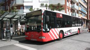 Imatge d'un autobús de l'EMT de Tarragona, aturat a la parada del carrer Colom