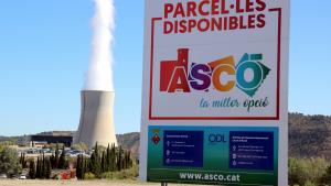 Imatge d'un cartell de promoció del polígon industrial d'Ascó amb la central nuclear al fons
