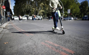 Imatge d'un patinet circulant pel carrer