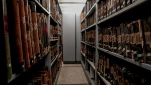 Imatge d'una de les sales de l'Arxiu Històric on es preserven documents i llibres en perfecte estat de conservació.