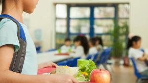 Imatge d'una nena a un menjador escolar