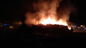 Imàtges del segon incendi en la fàbrica de reciclatge de la Pobla Llarga