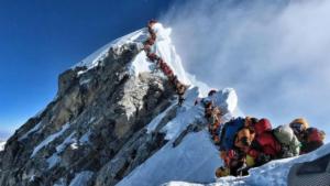 Impresionante fotografía del atasco de alpinista para llegar a la cumbre este miércoles 22 de mayo