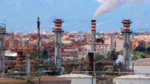 Indústria química de Tarragona fumejant amb els habitatges dels pobles del Morell i la Pobla de Mafumet