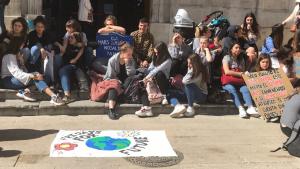 Joves de diversos centres de la demarcació s'han concentrat davant l'Ajuntament de Tarragona