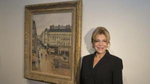 La Baronesa posa junto al cuadro de Pissarro en el Caixa Fórum de Barcelona