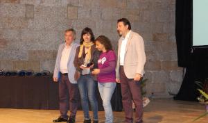 La colla va rebre el guardó de la mà del president del Consell Comarcal, Francesc Benet, i del conseller de Turisme, Jordi Miró