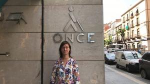 La directora de l'ONCE Tarragona, Raquel Saavedra, a la porta de l'oficina a la Rambla Nova